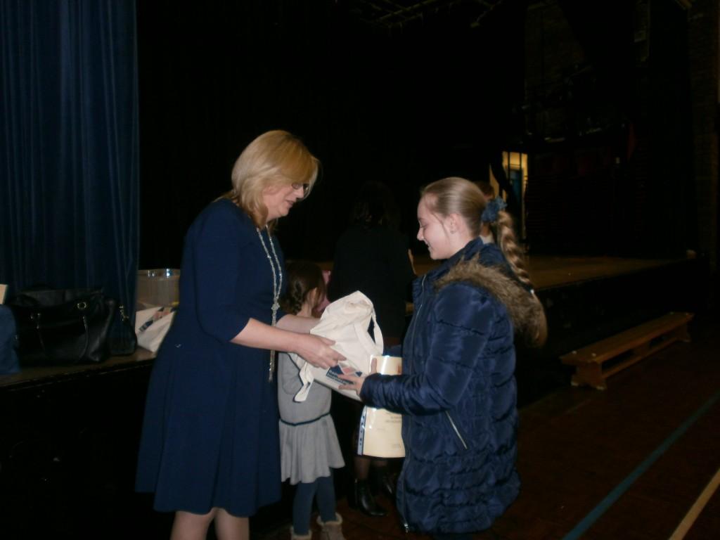 Julia otrzymuje nagrodę od p wice-konsul Barbary Armatys
